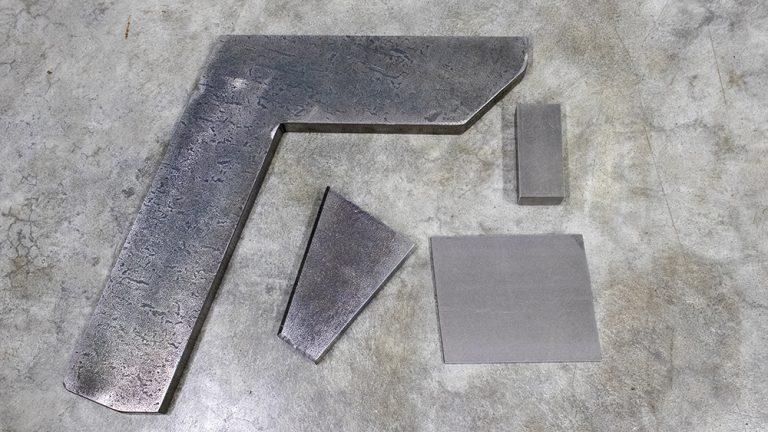 A partire da barre di vari formati e dimensioni, l'operatore incaricato inizia a tagliare e sbavare il materiale necessario. Ci avvaliamo anche di tagli laser e ossitaglio provenienti da collaboratori esterni.